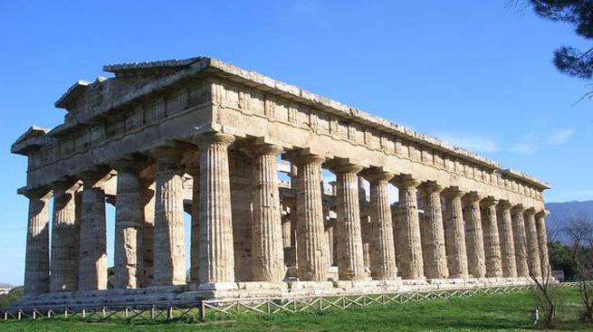 Materassi e copertoni nelle tombe. La discarica sotto il cielo di Paestum (da Corriere.it, lunedì 19 marzo 2012)