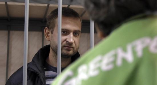 """Greenpeace, l'Eni scrive a Gazprom: """"Liberate gli attivisti""""  (da Repubblica.it, mercoledì 16 ottobre 2013)"""